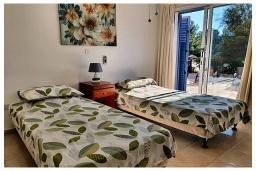 Спальня 2. Кипр, Пафос город : Очаровательный апартамент с 2-мя спальнями, с 2-мя ванными комнатами, с просторной террасой с патио, расположен в комплексе с бассейном всего в 500 метрах от моря