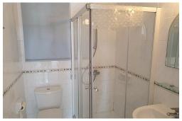 Ванная комната. Кипр, Пафос город : Очаровательный апартамент с 2-мя спальнями, с 2-мя ванными комнатами, с просторной террасой с патио, расположен в комплексе с бассейном всего в 500 метрах от моря