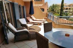 Балкон. Кипр, Пафос город : Потрясающий апартамент с 2-мя спальнями, с 2-мя ванными комнатами, с просторным балконом с патио, расположен в комплексе с бассейном всего в 400 метрах от моря
