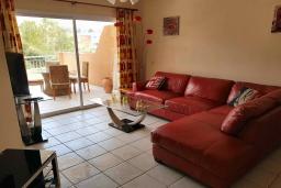 Гостиная. Кипр, Пафос город : Потрясающий апартамент с 2-мя спальнями, с 2-мя ванными комнатами, с просторным балконом с патио, расположен в комплексе с бассейном всего в 400 метрах от моря