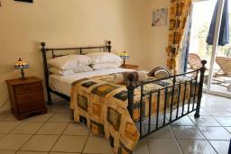 Спальня. Кипр, Пафос город : Потрясающий апартамент с 2-мя спальнями, с 2-мя ванными комнатами, с просторным балконом с патио, расположен в комплексе с бассейном всего в 400 метрах от моря
