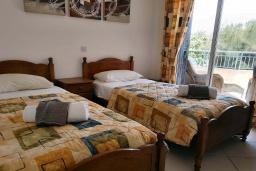 Спальня 2. Кипр, Пафос город : Потрясающий апартамент с 2-мя спальнями, с 2-мя ванными комнатами, с просторным балконом с патио, расположен в комплексе с бассейном всего в 400 метрах от моря