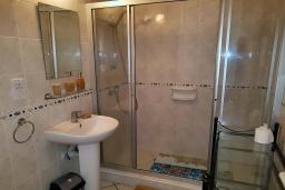 Ванная комната. Кипр, Пафос город : Потрясающий апартамент с 2-мя спальнями, с 2-мя ванными комнатами, с просторным балконом с патио, расположен в комплексе с бассейном всего в 400 метрах от моря