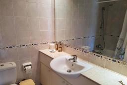 Ванная комната 2. Кипр, Пафос город : Потрясающий апартамент с 2-мя спальнями, с 2-мя ванными комнатами, с просторным балконом с патио, расположен в комплексе с бассейном всего в 400 метрах от моря