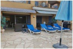 Терраса. Кипр, Пафос город : Прекрасный апартамент с 2-мя спальнями, с 2-мя ванными комнатами, с просторной террасой с патио, расположен в комплексе с бассейном всего в 400 метрах от моря