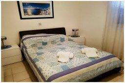 Спальня. Кипр, Пафос город : Прекрасный апартамент с 2-мя спальнями, с 2-мя ванными комнатами, с просторной террасой с патио, расположен в комплексе с бассейном всего в 400 метрах от моря