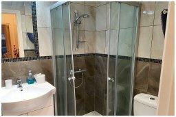 Ванная комната. Кипр, Пафос город : Прекрасный апартамент с 2-мя спальнями, с 2-мя ванными комнатами, с просторной террасой с патио, расположен в комплексе с бассейном всего в 400 метрах от моря