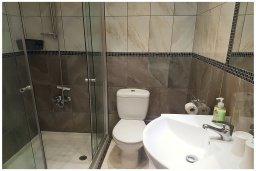 Ванная комната 2. Кипр, Пафос город : Прекрасный апартамент с 2-мя спальнями, с 2-мя ванными комнатами, с просторной террасой с патио, расположен в комплексе с бассейном всего в 400 метрах от моря