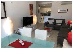 Гостиная. Кипр, Пафос город : Прекрасный апартамент с 2-мя спальнями, с 2-мя ванными комнатами, с просторной террасой с патио, расположен в комплексе с бассейном всего в 400 метрах от моря