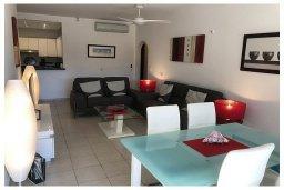 Обеденная зона. Кипр, Пафос город : Прекрасный апартамент с 2-мя спальнями, с 2-мя ванными комнатами, с просторной террасой с патио, расположен в комплексе с бассейном всего в 400 метрах от моря