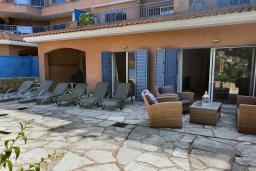 Терраса. Кипр, Пафос город : Комфортабельный апартамент с 2-мя спальнями, с 2-мя ванными комнатами, с просторной террасой с патио, расположен в комплексе с бассейном всего в 400 метрах от моря