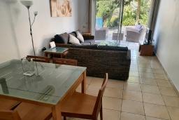 Гостиная. Кипр, Пафос город : Комфортабельный апартамент с 2-мя спальнями, с 2-мя ванными комнатами, с просторной террасой с патио, расположен в комплексе с бассейном всего в 400 метрах от моря