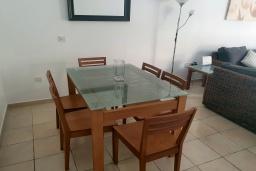 Обеденная зона. Кипр, Пафос город : Комфортабельный апартамент с 2-мя спальнями, с 2-мя ванными комнатами, с просторной террасой с патио, расположен в комплексе с бассейном всего в 400 метрах от моря