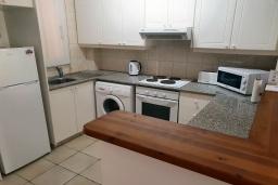 Кухня. Кипр, Пафос город : Комфортабельный апартамент с 2-мя спальнями, с 2-мя ванными комнатами, с просторной террасой с патио, расположен в комплексе с бассейном всего в 400 метрах от моря