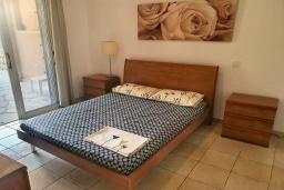 Спальня. Кипр, Пафос город : Комфортабельный апартамент с 2-мя спальнями, с 2-мя ванными комнатами, с просторной террасой с патио, расположен в комплексе с бассейном всего в 400 метрах от моря