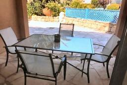 Патио. Кипр, Пафос город : Комфортабельный апартамент с 2-мя спальнями, с 2-мя ванными комнатами, с просторной террасой с патио, расположен в комплексе с бассейном всего в 400 метрах от моря