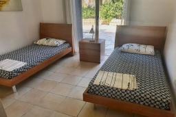 Спальня 2. Кипр, Пафос город : Комфортабельный апартамент с 2-мя спальнями, с 2-мя ванными комнатами, с просторной террасой с патио, расположен в комплексе с бассейном всего в 400 метрах от моря