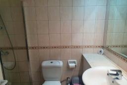 Ванная комната 2. Кипр, Пафос город : Комфортабельный апартамент с 2-мя спальнями, с 2-мя ванными комнатами, с просторной террасой с патио, расположен в комплексе с бассейном всего в 400 метрах от моря