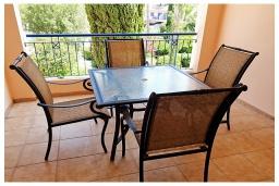 Балкон. Кипр, Пафос город : Потрясающий апартамент с 2-мя спальнями, с 2-мя ванными комнатами, с уютным балконом с патио, расположен в комплексе с бассейном всего в 500 метрах от моря