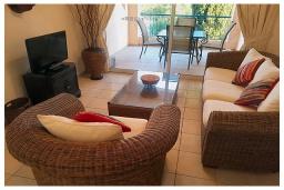 Гостиная. Кипр, Пафос город : Потрясающий апартамент с 2-мя спальнями, с 2-мя ванными комнатами, с уютным балконом с патио, расположен в комплексе с бассейном всего в 500 метрах от моря