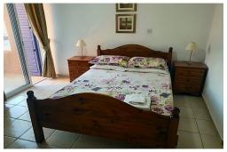 Спальня. Кипр, Пафос город : Потрясающий апартамент с 2-мя спальнями, с 2-мя ванными комнатами, с уютным балконом с патио, расположен в комплексе с бассейном всего в 500 метрах от моря