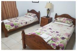 Студия (гостиная+кухня). Кипр, Пафос город : Потрясающий апартамент с 2-мя спальнями, с 2-мя ванными комнатами, с уютным балконом с патио, расположен в комплексе с бассейном всего в 500 метрах от моря