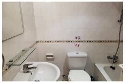 Ванная комната. Кипр, Пафос город : Потрясающий апартамент с 2-мя спальнями, с 2-мя ванными комнатами, с уютным балконом с патио, расположен в комплексе с бассейном всего в 500 метрах от моря