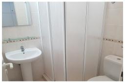 Спальня 5. Кипр, Пафос город : Потрясающий апартамент с 2-мя спальнями, с 2-мя ванными комнатами, с уютным балконом с патио, расположен в комплексе с бассейном всего в 500 метрах от моря