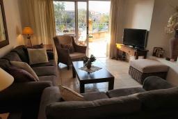 Гостиная. Кипр, Пафос город : Чудесный апартамент с 2-мя спальнями, с 2-мя ванными комнатами, с просторным балконом с патио, расположен в комплексе с бассейном всего в 400 метрах от моря