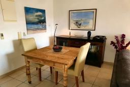 Обеденная зона. Кипр, Пафос город : Чудесный апартамент с 2-мя спальнями, с 2-мя ванными комнатами, с просторным балконом с патио, расположен в комплексе с бассейном всего в 400 метрах от моря