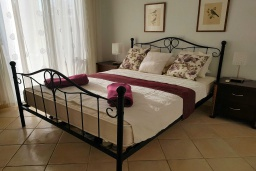 Спальня. Кипр, Пафос город : Чудесный апартамент с 2-мя спальнями, с 2-мя ванными комнатами, с просторным балконом с патио, расположен в комплексе с бассейном всего в 400 метрах от моря