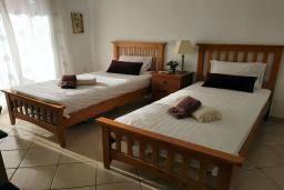 Спальня 2. Кипр, Пафос город : Чудесный апартамент с 2-мя спальнями, с 2-мя ванными комнатами, с просторным балконом с патио, расположен в комплексе с бассейном всего в 400 метрах от моря