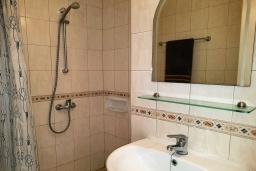 Ванная комната. Кипр, Пафос город : Чудесный апартамент с 2-мя спальнями, с 2-мя ванными комнатами, с просторным балконом с патио, расположен в комплексе с бассейном всего в 400 метрах от моря