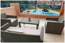 Балкон. Кипр, Пафос город : Великолепный апартамент с 2-мя спальнями, с просторным балконом с патио, расположен в комплексе с бассейном всего в 500 метрах от моря