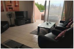 Гостиная. Кипр, Пафос город : Великолепный апартамент с 2-мя спальнями, с просторным балконом с патио, расположен в комплексе с бассейном всего в 500 метрах от моря