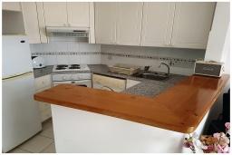 Кухня. Кипр, Пафос город : Великолепный апартамент с 2-мя спальнями, с просторным балконом с патио, расположен в комплексе с бассейном всего в 500 метрах от моря