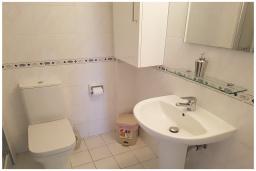 Ванная комната. Кипр, Пафос город : Великолепный апартамент с 2-мя спальнями, с просторным балконом с патио, расположен в комплексе с бассейном всего в 500 метрах от моря
