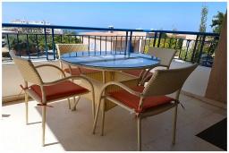 Балкон. Кипр, Пафос город : Потрясающий апартамент с балконом с видом на Средиземное море с 2-мя спальнями, с 2-мя ванными комнатами, расположен в комплексе с бассейном всего в 400 метрах от моря