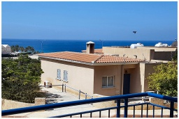 Вид на море. Кипр, Пафос город : Потрясающий апартамент с балконом с видом на Средиземное море с 2-мя спальнями, с 2-мя ванными комнатами, расположен в комплексе с бассейном всего в 400 метрах от моря