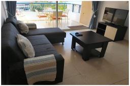 Гостиная. Кипр, Пафос город : Потрясающий апартамент с балконом с видом на Средиземное море с 2-мя спальнями, с 2-мя ванными комнатами, расположен в комплексе с бассейном всего в 400 метрах от моря