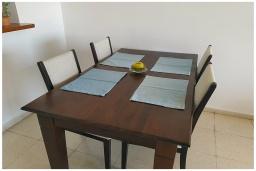 Обеденная зона. Кипр, Пафос город : Потрясающий апартамент с балконом с видом на Средиземное море с 2-мя спальнями, с 2-мя ванными комнатами, расположен в комплексе с бассейном всего в 400 метрах от моря