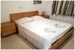 Спальня. Кипр, Пафос город : Потрясающий апартамент с балконом с видом на Средиземное море с 2-мя спальнями, с 2-мя ванными комнатами, расположен в комплексе с бассейном всего в 400 метрах от моря