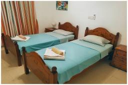 Спальня 2. Кипр, Пафос город : Потрясающий апартамент с балконом с видом на Средиземное море с 2-мя спальнями, с 2-мя ванными комнатами, расположен в комплексе с бассейном всего в 400 метрах от моря