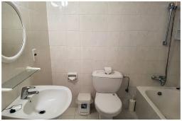 Ванная комната 2. Кипр, Пафос город : Потрясающий апартамент с балконом с видом на Средиземное море с 2-мя спальнями, с 2-мя ванными комнатами, расположен в комплексе с бассейном всего в 400 метрах от моря