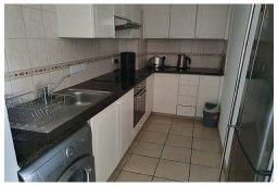 Кухня. Кипр, Пафос город : Потрясающий апартамент с 3-мя спальнями, с 2-мя ванными комнатами, с просторным балконом с патио, расположен в комплексе с бассейном всего в 400 метрах от моря
