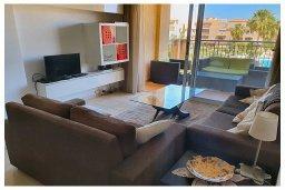 Гостиная. Кипр, Пафос город : Потрясающий апартамент с 3-мя спальнями, с 2-мя ванными комнатами, с просторным балконом с патио, расположен в комплексе с бассейном всего в 400 метрах от моря