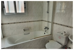 Ванная комната. Кипр, Пафос город : Потрясающий апартамент с 3-мя спальнями, с 2-мя ванными комнатами, с просторным балконом с патио, расположен в комплексе с бассейном всего в 400 метрах от моря