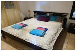 Спальня 2. Кипр, Пафос город : Потрясающий апартамент с 3-мя спальнями, с 2-мя ванными комнатами, с просторным балконом с патио, расположен в комплексе с бассейном всего в 400 метрах от моря