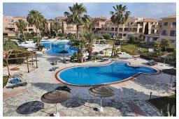 Бассейн. Кипр, Пафос город : Потрясающий апартамент с 3-мя спальнями, с 2-мя ванными комнатами, с просторным балконом с патио, расположен в комплексе с бассейном всего в 400 метрах от моря