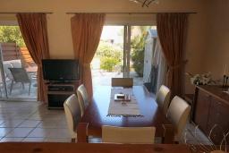 Обеденная зона. Кипр, Пафос город : Уютная вилла с 2-мя спальнями, с солнечной террасой с патио, расположена в комплексе с бассейном всего в 500 метрах от моря